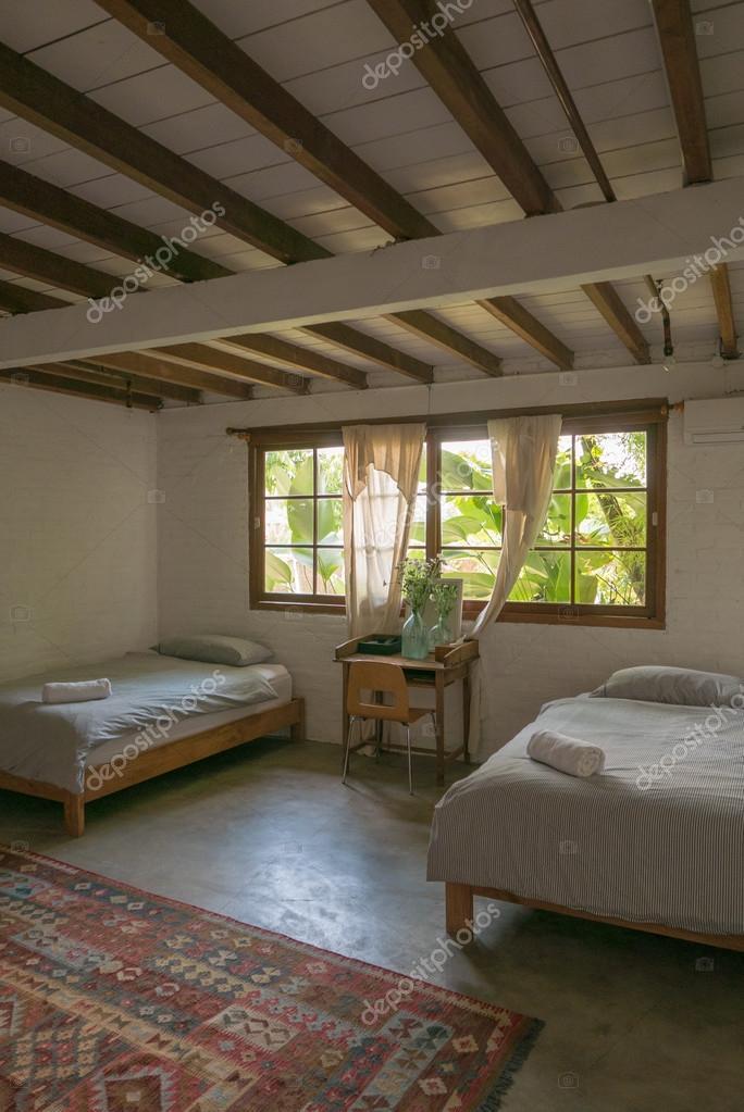 interieur de chambre a coucher lumineuse confortable dans un style vintage avec des meubles en bois moden lifestyle a bali en 2016 image de piccaya