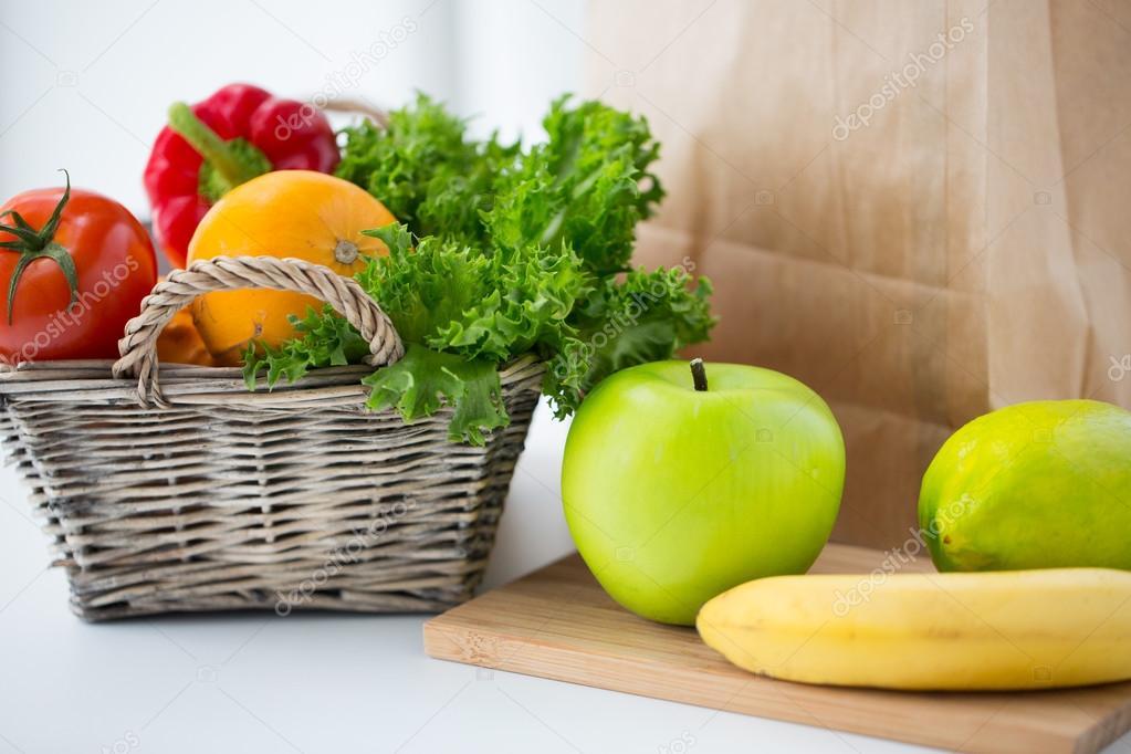 fruit basket for kitchen design a small space 一篮子新鲜的水果和蔬菜在厨房 图库照片 c syda productions 115626644 烹饪 饮食 素食食物和健康饮食的概念 与新鲜成熟多汁蔬菜 绿党和在家里的厨房桌子上的水果篮 照片作者syda