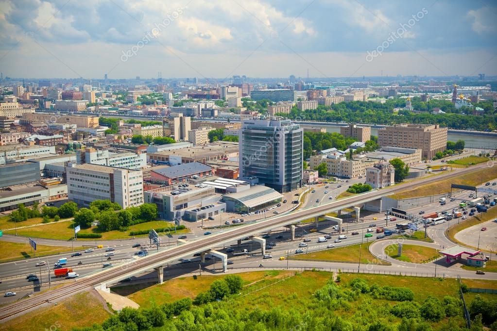 Mosca  un paesaggio di citt strade ed edifici moderni