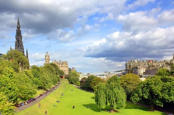 王子街花園和蘇格蘭愛丁堡城堡 — 圖庫照片©Julietart#30108495