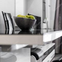 Metal Kitchen Tables Countertop Ideas On A Budget 金属碗在桌子上的水果 图库照片 C Jacek Kadaj 68885471 金属与玻璃的厨房桌子上的水果碗 照片作者jacek