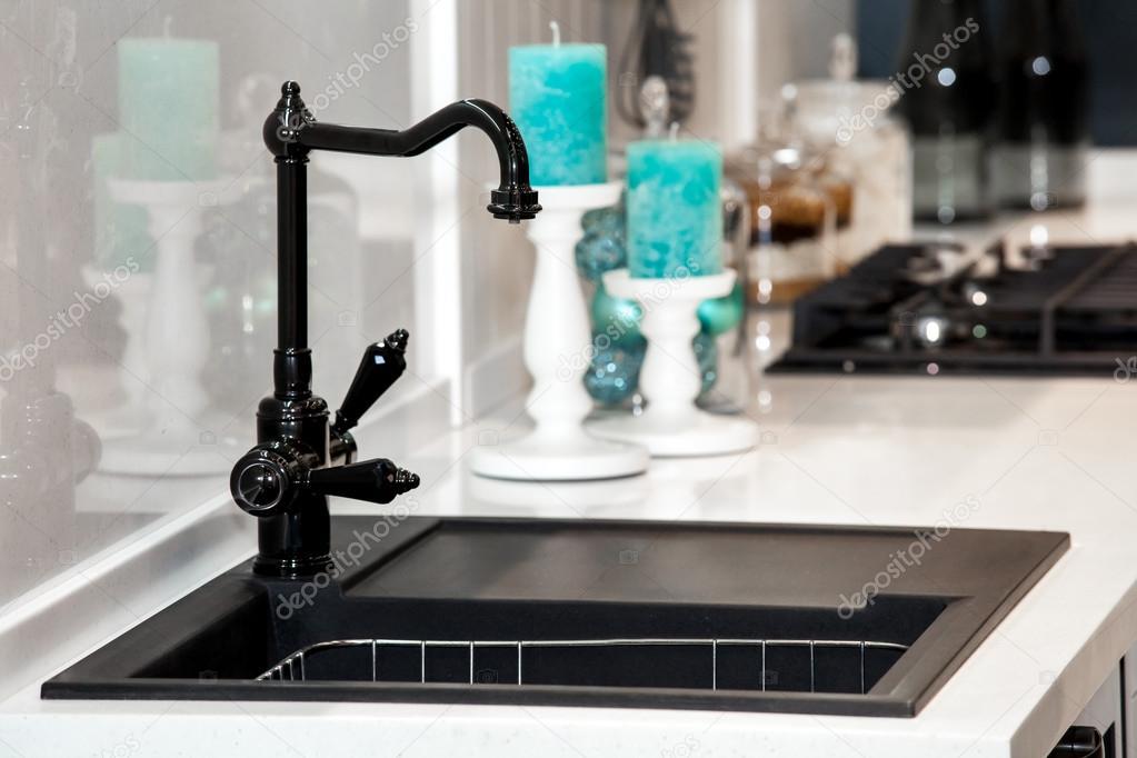 black kitchen sinks trashcan 现代的黑色厨房的水槽和水龙头 图库照片 c prescott10 98791964