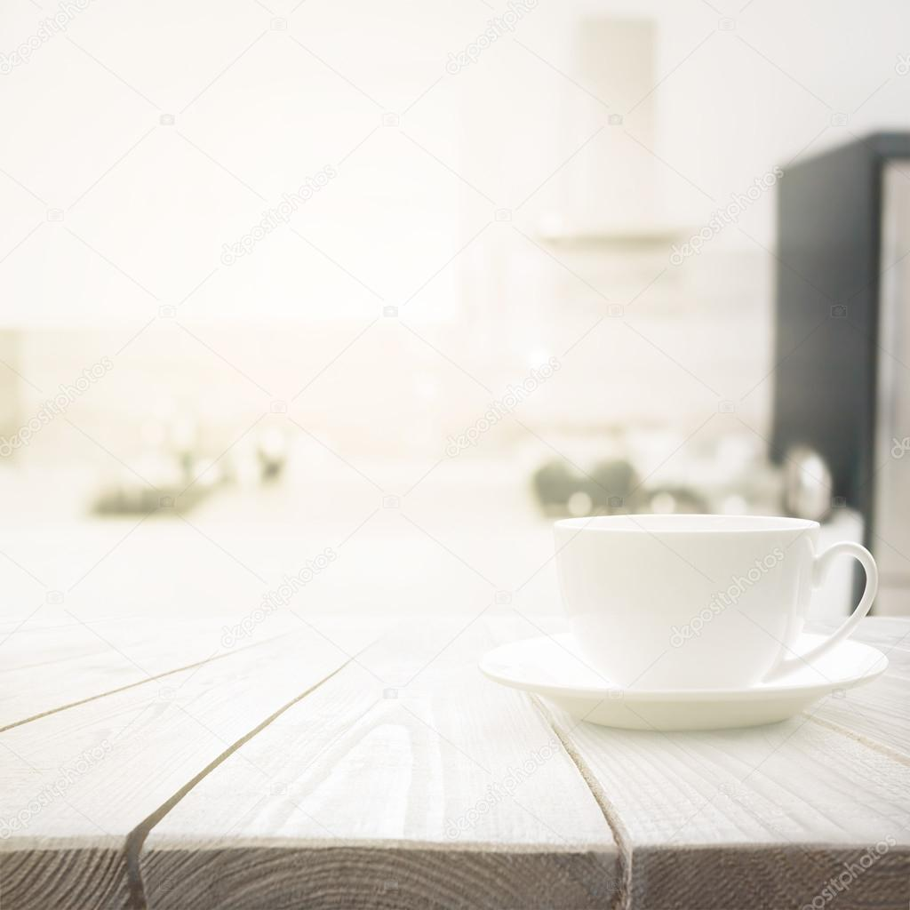 wooden kitchen clock vintage lighting 木制的桌子在模糊厨房室内背景上的白色杯 图库照片 c robertsrob 100413566