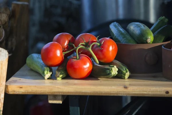settee for kitchen table affordable islands 食品蔬菜的彩色背景。美味的新鲜蔬菜,在木制的桌子上的木盒子里。厨房背景 — 图库照片©nerudol#145194251