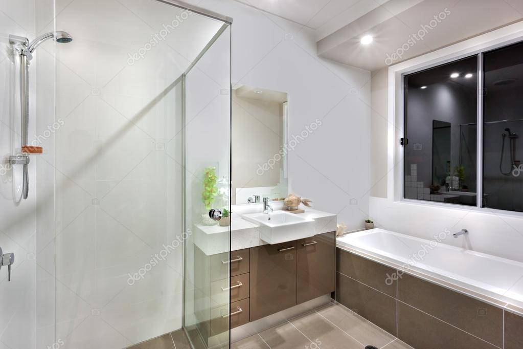 Nuovo bagno con zona tra cui vasca lavaggio  Foto Stock  jrstock1 100465840