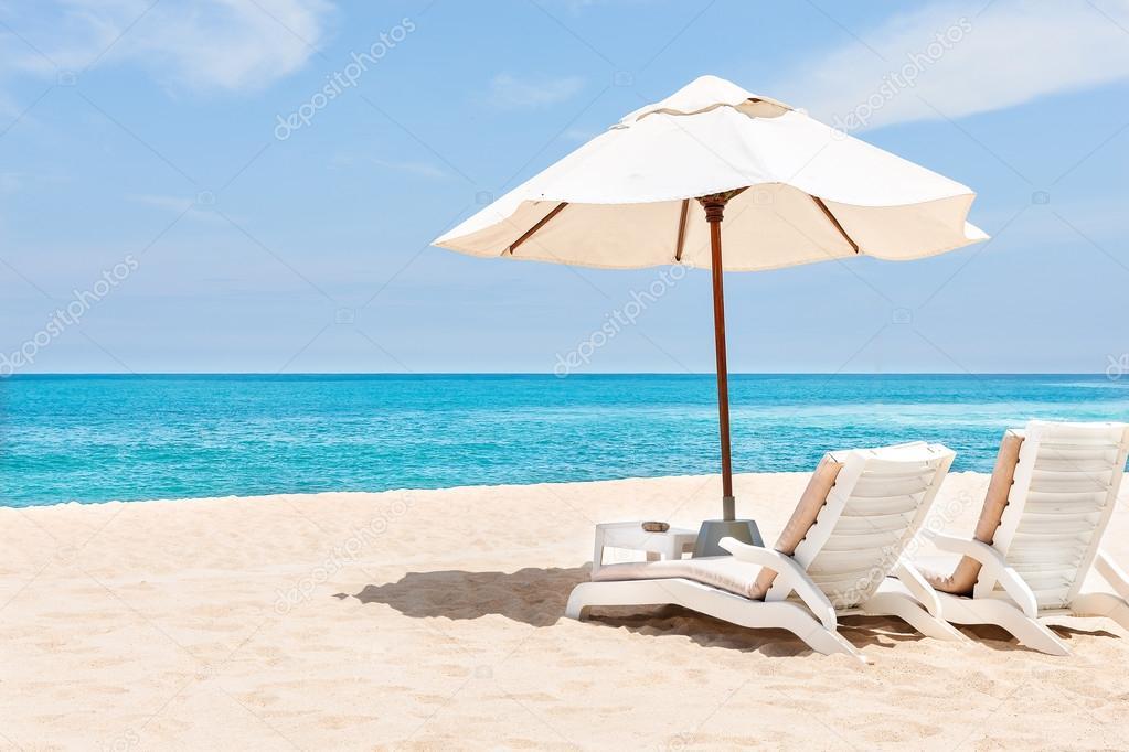 belle plage tropicale et mer avec parasol et chaise sur le sable sablonneux photographie jrstock1 c 114172056