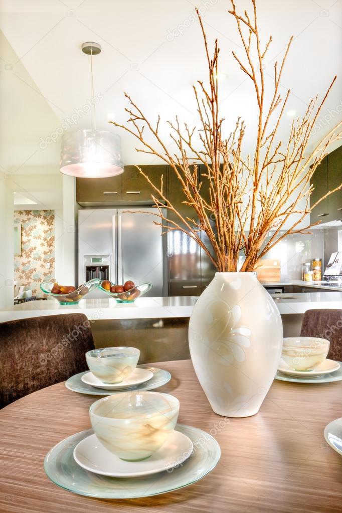 circle kitchen table chandeliers for 啤酒杯放在圆形木制的桌子上餐桌装饰 图库照片 c jrstock1 122208396