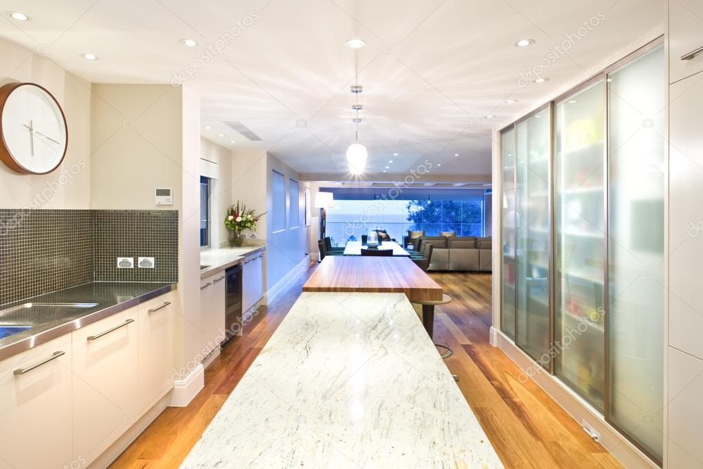 long kitchen tables recessed led lights for 长厨房岛和一张桌子 图库照片 c jrstock1 81592454