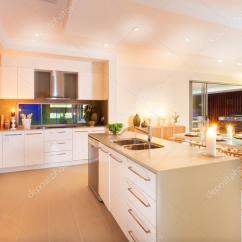 Kitchen Ceiling Lights Price Pfister Faucet Replacement Parts 厨房和就餐区由天花板灯和flashi 照明 图库照片 C Jrstock1 98094792