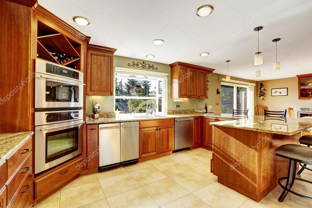 kitchen tile floors cost of painting cabinets professionally 豪华的厨房瓷砖地板和染色的柜 图库照片 c iriana88w 115590388
