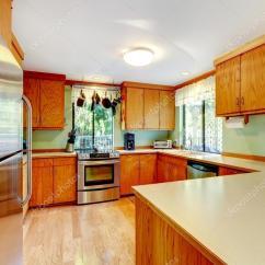 Kitchen Wood Countertops Top Corner Cabinet 明亮的厨房 光棕色柜和木质台面 图库照片 C Iriana88w 118757924