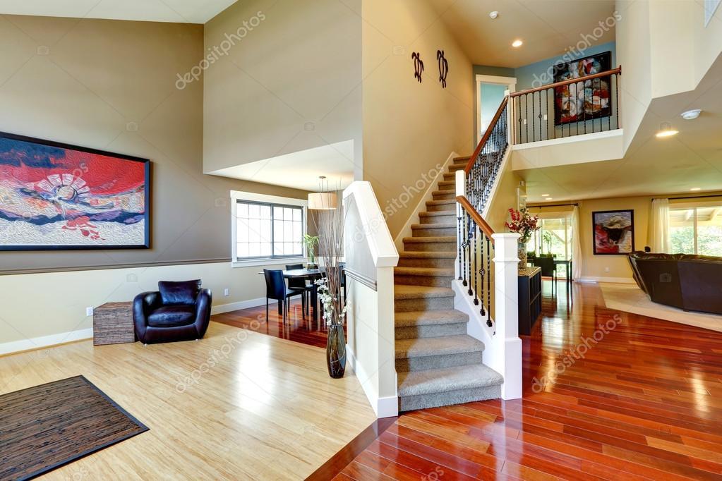 interno di casa corridoio con scala classica  Foto Stock  iriana88w 51938349