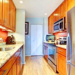 Kitchen Back Splashes Small Tables For 缩小与橙色背飞溅和花岗岩台面的厨房内饰 图库照片 C Iriana88w 52222921
