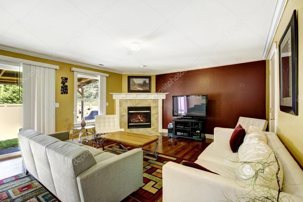 interno di casa con pareti di colore di contrasto  Foto Stock  iriana88w 52749109
