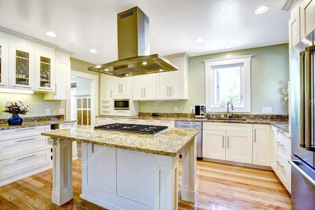 island kitchen hood wall decor for 与内置的热风炉 花岗岩的顶部和罩厨房岛 图库照片 c iriana88w 52760049