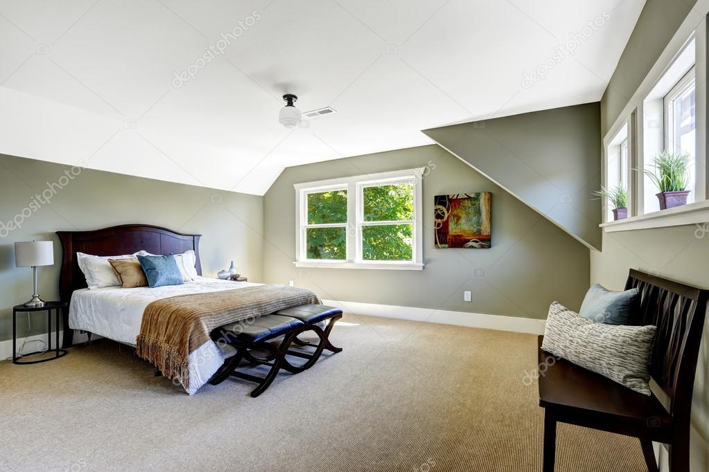 slaapkamer met groene muren en het gewelfde plafond