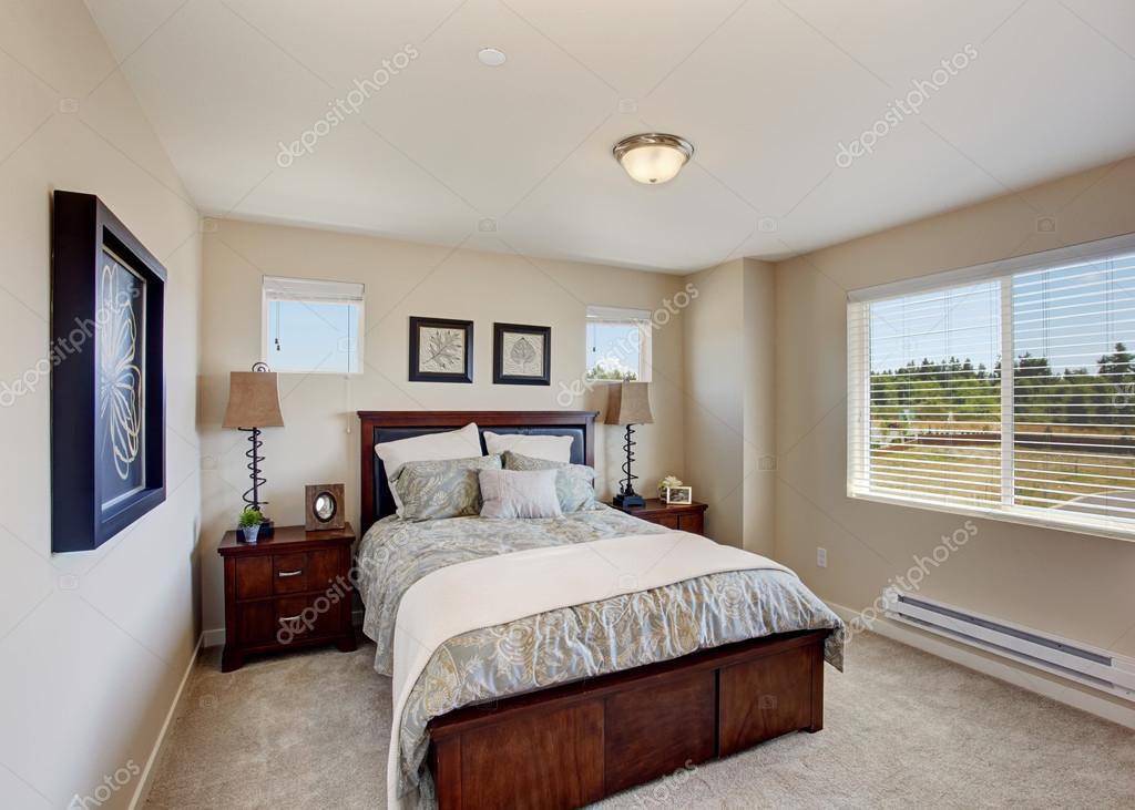 brillant ivoire chambre avec fenetre lit en bois avec deux tables de nuit image de iriana88w