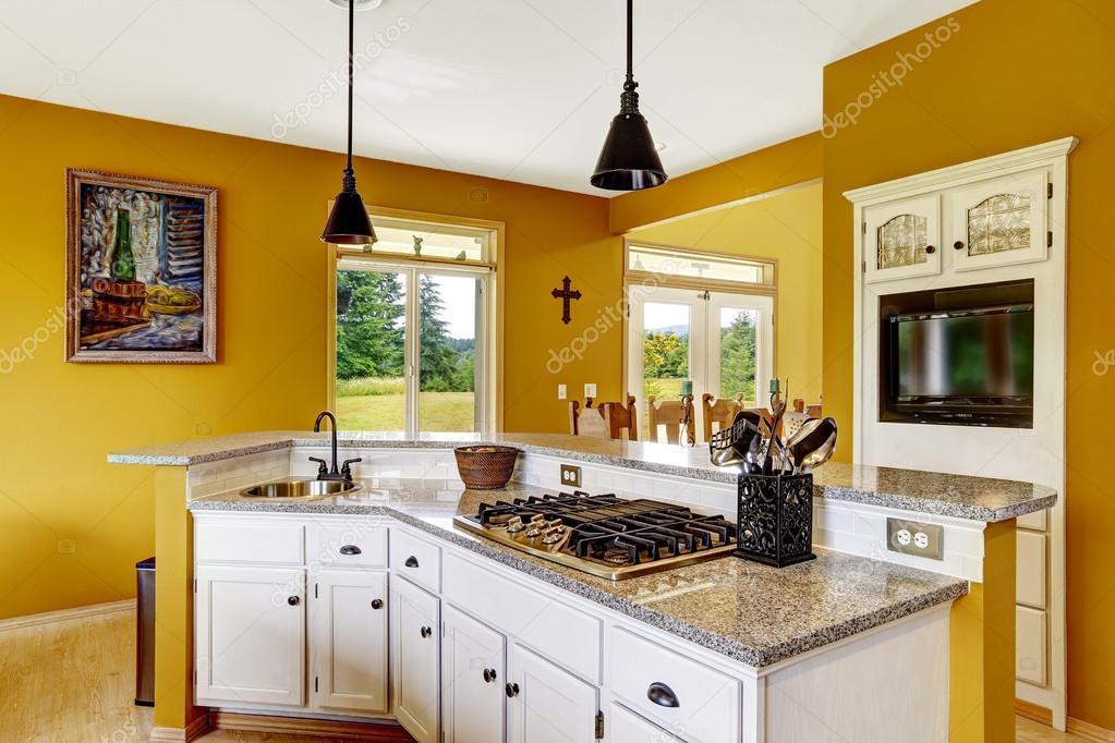 interno di casa di fattoria cucina bianca con piano in granito  Foto Stock  iriana88w 54399077