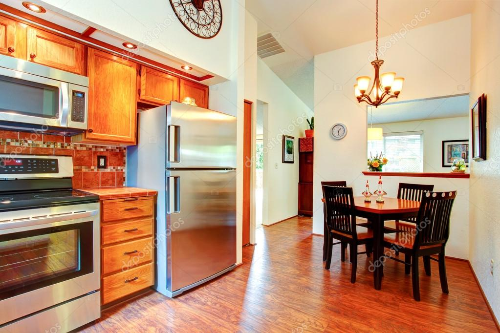 kitchen back splashes remodel my 厨房的餐桌礼仪面积室 图库照片 c iriana88w 59516955 厨房与橙色的瓷砖背飞溅修剪 枫木橱柜和钢电器 饭厅 高高的天花板和木表设置 照片作者iriana88w