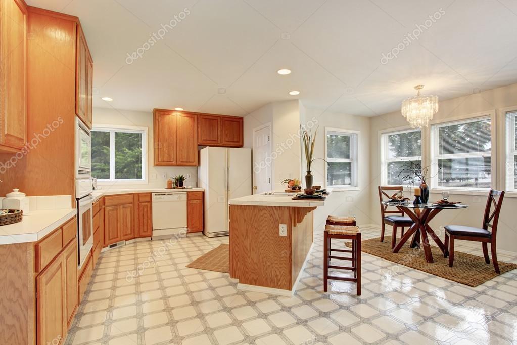 complete kitchen ranges 完整的厨房瓷砖地板 图库照片 c iriana88w 76499703