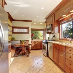 Kitchen Tile Floor Refrigerators 标准厨房瓷砖地板 图库照片 C Iriana88w 77586892