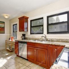 Tile Flooring Kitchen Hanging Lights In 定义良好的厨房 大瓷砖地板 图库照片 C Iriana88w 79756174 定义良好的厨房大瓷砖地板和染色的柜 照片作者iriana88w