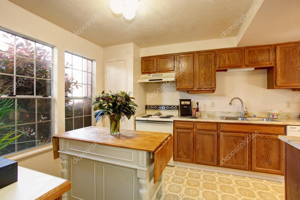 kitchen tiles flooring cabinet hinge jig 传统的厨房 瓷砖地板和小岛 图库照片 c iriana88w 79961752 传统厨房瓷砖地板 实木橱柜 与白色内墙涂料 照片作者iriana88w