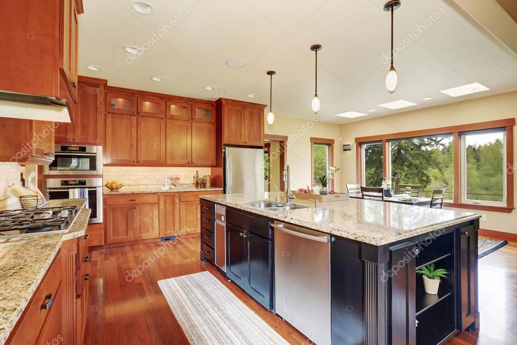 kitchen island with bar cabinet manufacturers 豪华厨房与酒吧风格岛 图库照片 c iriana88w 80245936