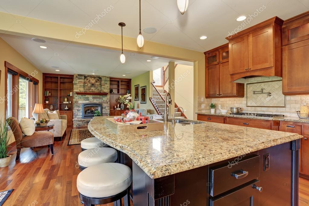 kitchen island with bar cabinets 豪华厨房与酒吧风格岛 图库照片 c iriana88w 80246058