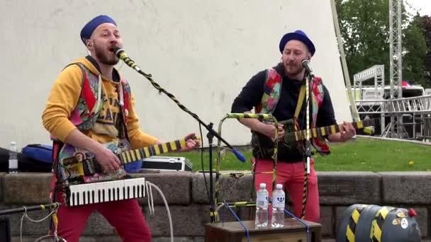 emotional russian musicians sing