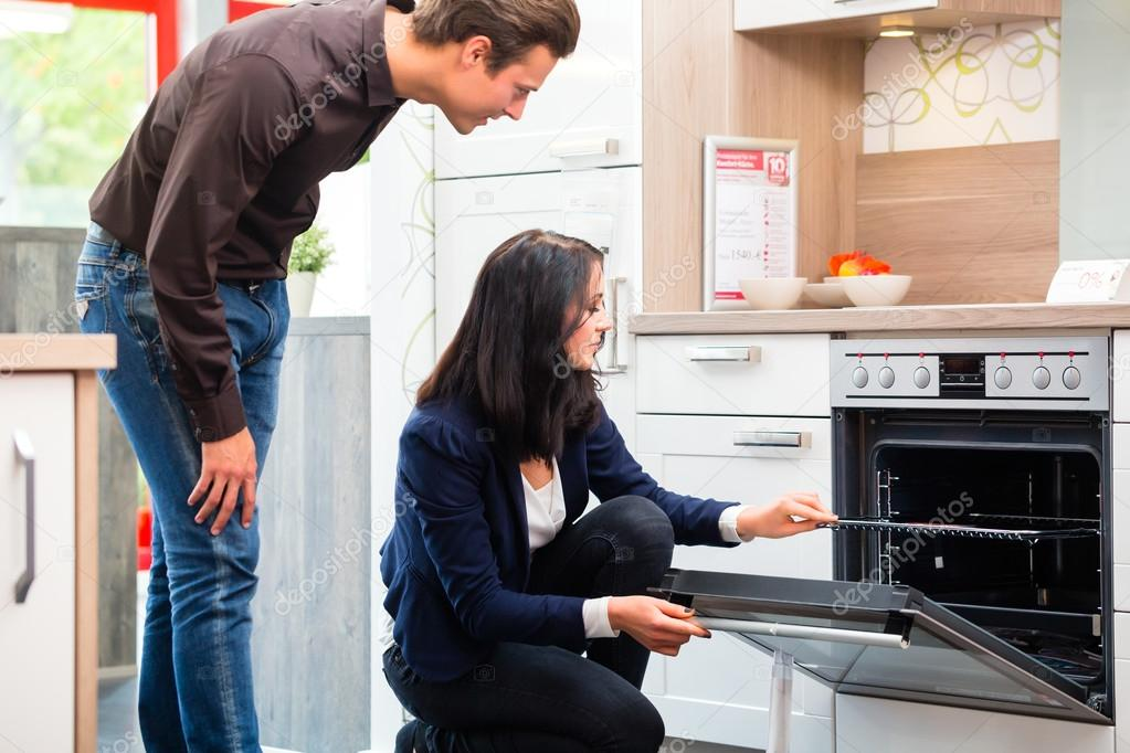 kitchen showrooms lowes cabinet refacing 对夫妇购买国内厨房在陈列室 图库照片 c kzenon 82367552