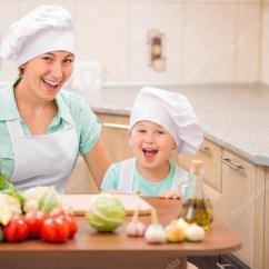 Macys Kitchen Aid Rug Runners 母亲带着她的宝宝厨师 图库照片 C Zokov 77397132 带着小孩的妈妈在厨房做饭 照片作者zokov