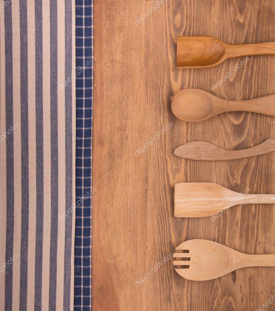 kitchen tops wood printer 蓝色和白色的厨房毛巾上深色木材背景与木制厨房用品 图库照片 c okiepony 蓝色和白色的厨房毛巾上深色木材背景与木制厨房