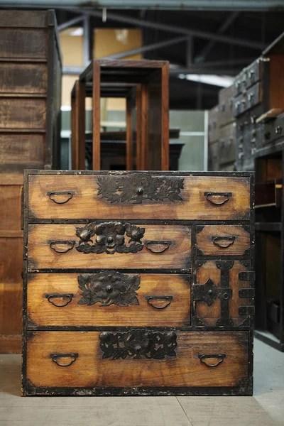 antieke kast op antieke kast achtergrond  Stockfoto
