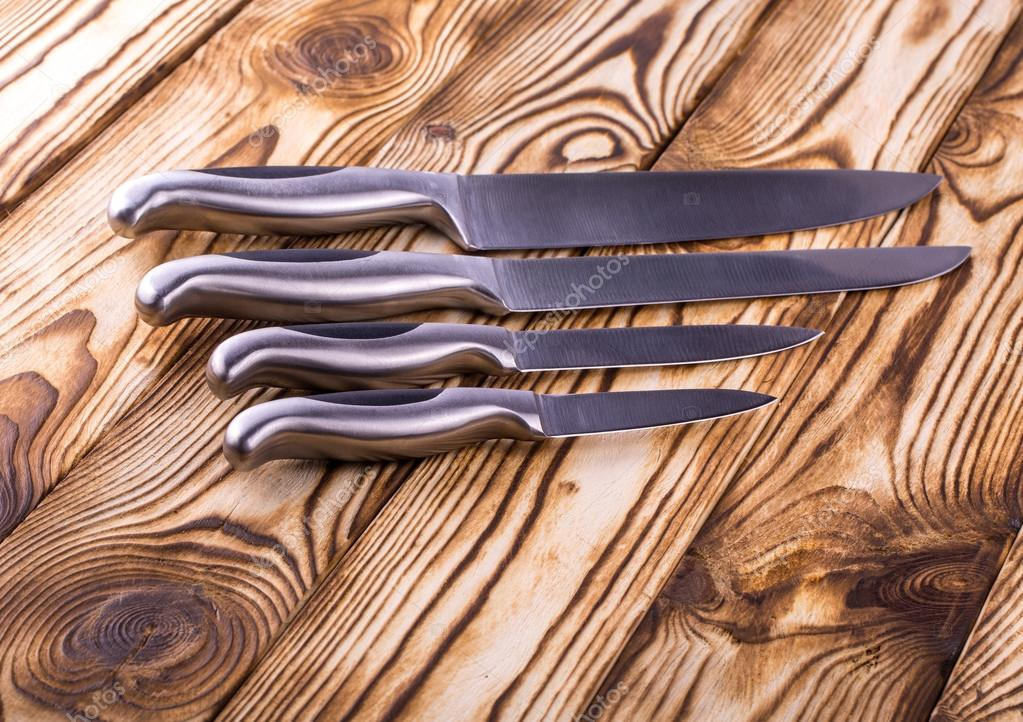 metal kitchen tables how to care for hardwood floors in 套木制的桌子上有光泽的金属厨房刀具 图库照片 c bborriss 67 120830700