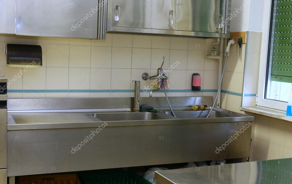 kitchen workbench pendant lights over island 水槽和在学校ca 工业厨房工作台 图库照片 c chiccododifc 59338367
