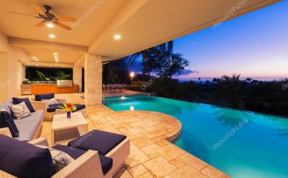 Casa de luxo com piscina ao pôr do sol Stock Photo