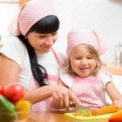 Macys Kitchen Aid Sink Drain Stopper 妈妈和孩子准备在厨房的健康食物 图库照片 C Oksun70 56686979