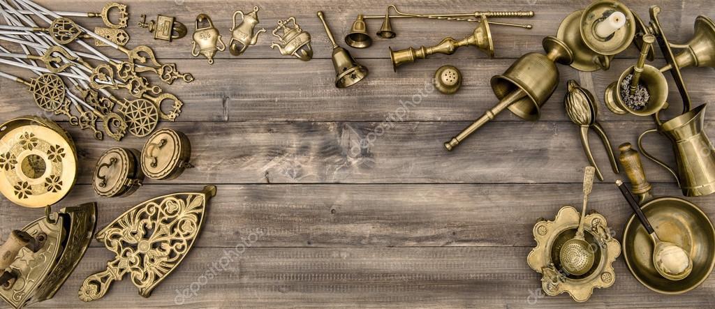 antique kitchen table pub sets 复古黄铜碗筷 厨房的桌子 图库照片 c liligraphie 108716832 厨房的桌子与古董的通行费和用具 照片作者liligraphie