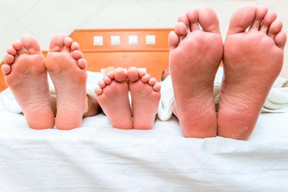 depositphotos_59216879-stock-photo-family-of-three-people-sleeping Testosterona: O Hormônio Masculino Por Excelência