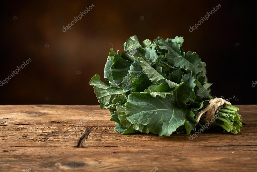 kitchen banquette round island 在厨房里的长凳上新鲜绿叶蔬菜 图库照片 c vkarafill 96504920