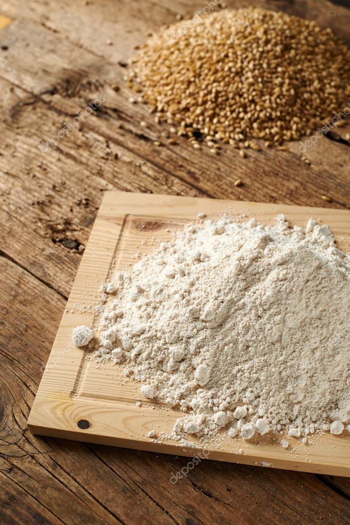 kitchen settee ikea storage cabinets 在厨房里的长凳上小麦面粉 图库照片 c vkarafill 96505746 与厨房木制长椅上小麦面粉 照片作者vkarafill
