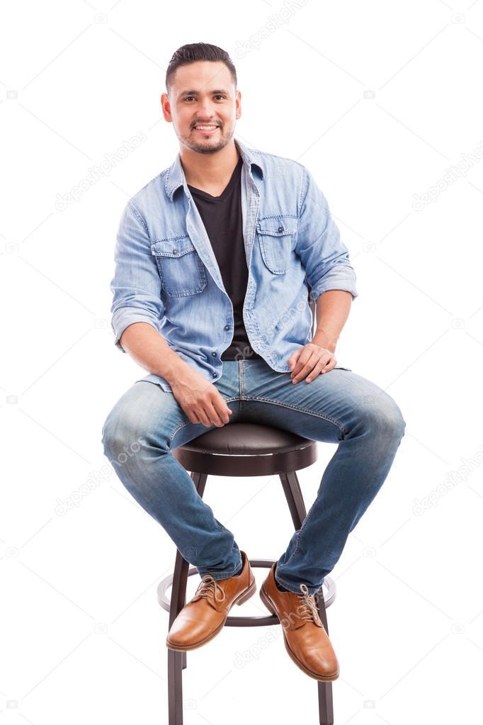 persona vestida casualmente sentado en una silla  Fotos