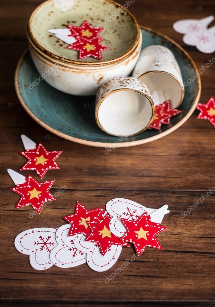 antique kitchen table calphalon essentials 圣诞节或新年蛋糕排行榜的木制仿古厨房桌子上和古董碗里 选择性焦点一套 圣诞节或新年蛋糕排行榜的木制仿古厨房桌子上和古董
