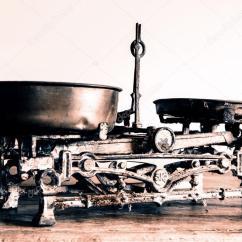 Antique Kitchen Table Back Splash For Kitchens 旧古董的重量测量和厨房货物称重 图库照片 C Jarin13 100869280 旧古董的重量测量和厨房货物称重木制的桌子上 照片作者jarin13