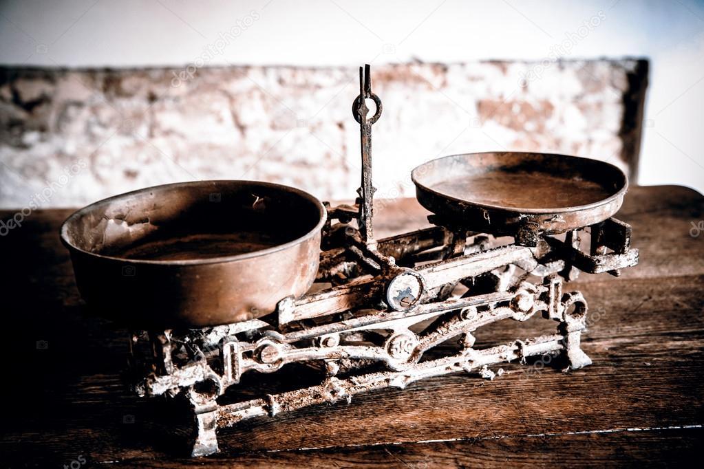antique kitchen table commercial for rent nyc 旧古董的重量测量和厨房货物称重 图库照片 c jarin13 90052088 旧古董的重量测量和厨房货物称重木制的桌子上 照片作者jarin13
