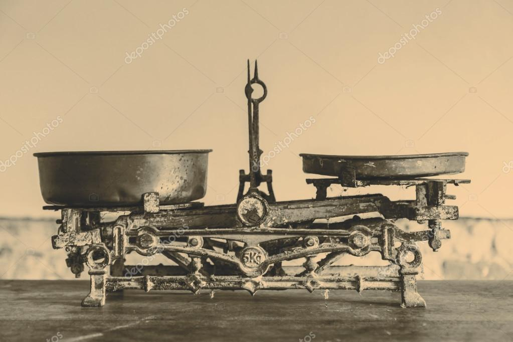 antique kitchen table remodeling houston tx 旧古董的重量测量和厨房货物称重 图库照片 c jarin13 94157882 旧古董的重量测量和厨房货物称重木制的桌子上 照片作者jarin13
