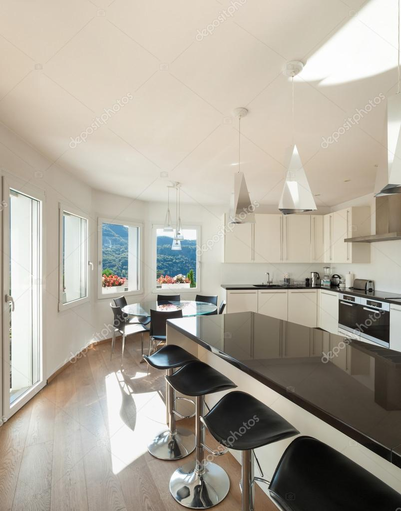 kitchen counter stools cabinets woburn ma 厨房台面有凳子 图库照片 c zveiger 94278548 内部的房子里 柜台顶部的一个凳子的厨房 照片作者zveiger