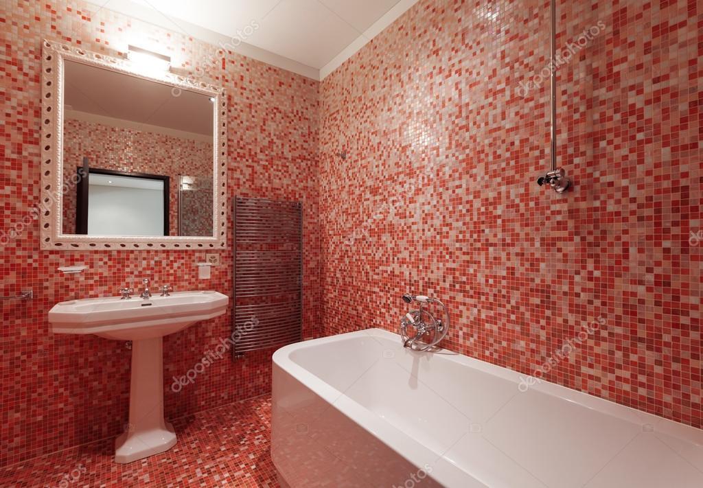 Bagno con piastrelle rosse e una vasca da bagno nessuno  Foto Stock  Zveiger 95466008