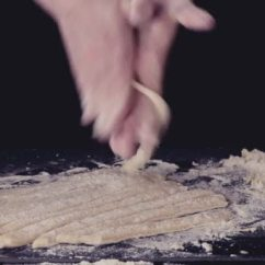 Country Style Kitchen Tables Flooring Ideas 女手制作面食啄木鸟在黑色的厨房桌子上 由面粉制粉 黑暗的乡村风格 在 在复古的滤镜效果 图库视频片段